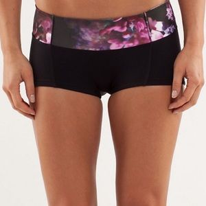 Lululemon flip your dog booty shorts size 2